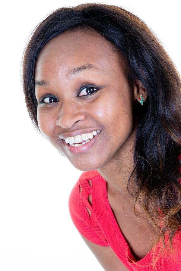 Mulher afro-americano que olha a felicidade bonita de sorriso da câmera imagens de stock