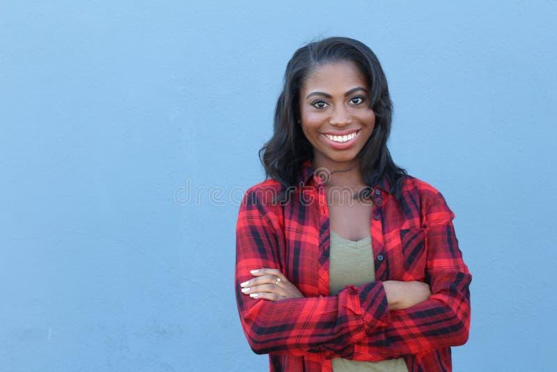 Mulher afro-americano que sorri com os braços cruzados fotos de stock