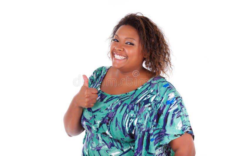 Mulher afro-americano que sorri fazendo o polegar ascendente - pessoas negras imagem de stock