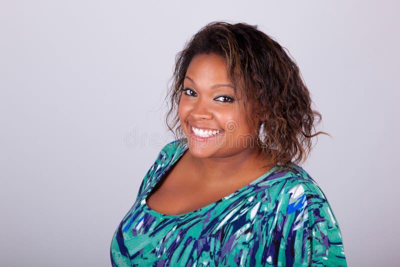 Mulher afro-americano que sorri - pessoas negras imagens de stock royalty free