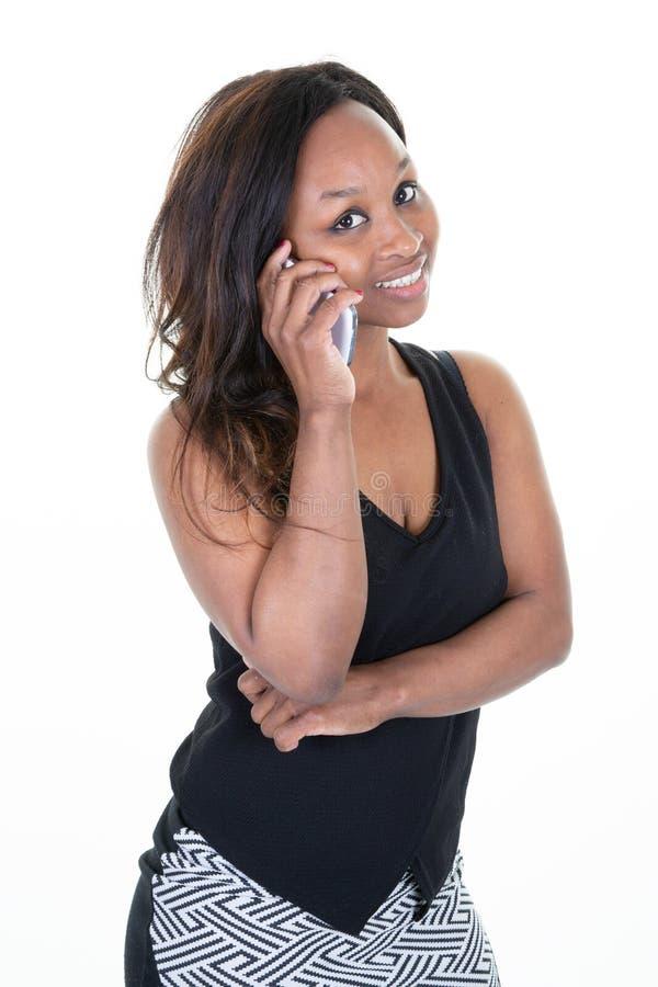 A mulher afro-americano s?ria da mulher de neg?cios est? falando em seu telefone fotografia de stock royalty free