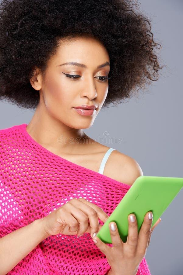 Mulher afro-americano 'sexy' com uma tabuleta imagens de stock royalty free