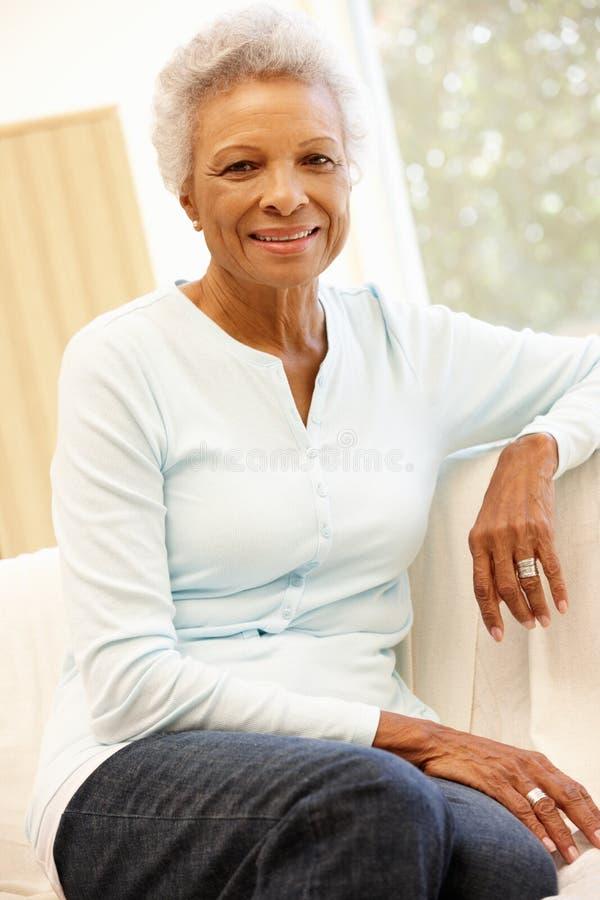 Mulher afro-americano superior em casa foto de stock royalty free