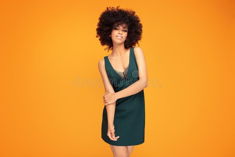 Mulher afro da beleza com composição do encanto fotografia de stock royalty free