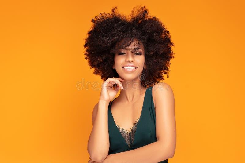Mulher afro da beleza com composição do encanto fotos de stock royalty free
