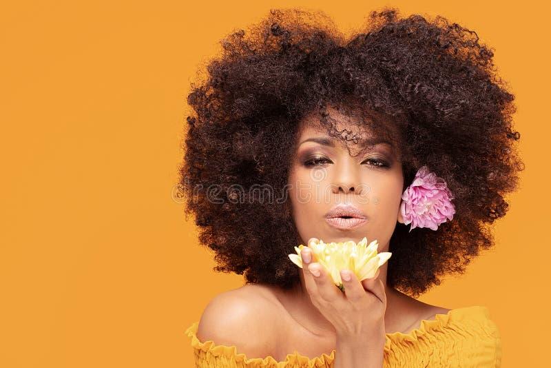 Mulher afro da beleza com flores frescas foto de stock royalty free