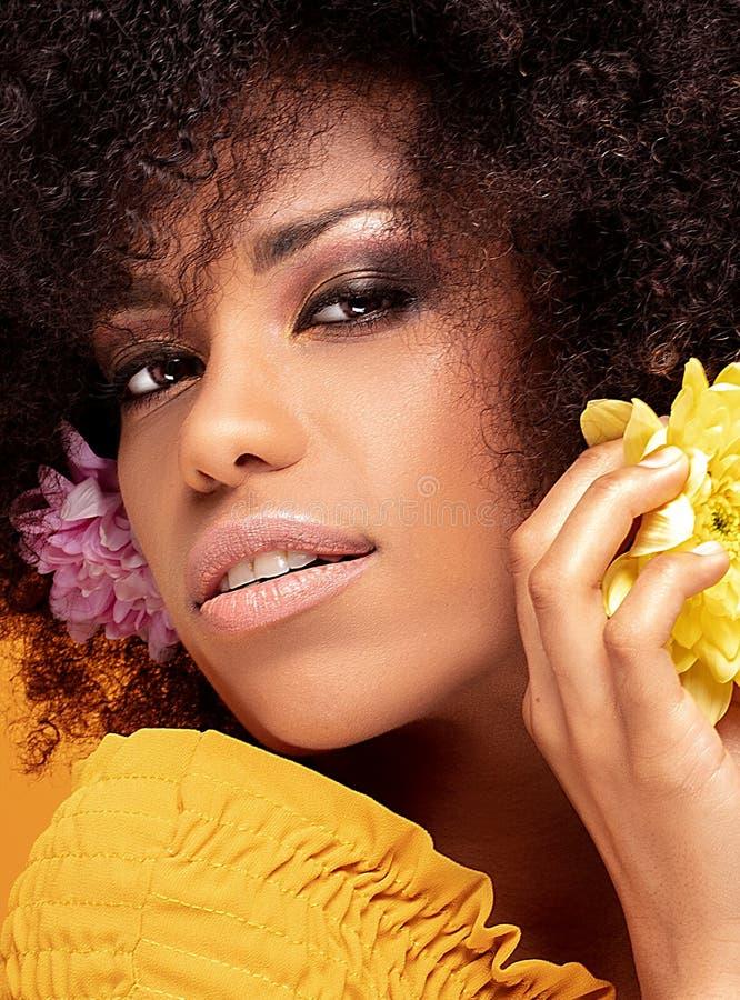Mulher afro da beleza com flores frescas imagens de stock royalty free