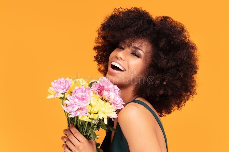 Mulher afro da beleza com flores frescas fotos de stock