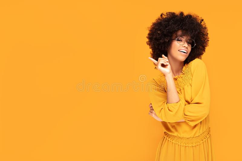 Mulher afro feliz com sorriso bonito fotos de stock royalty free