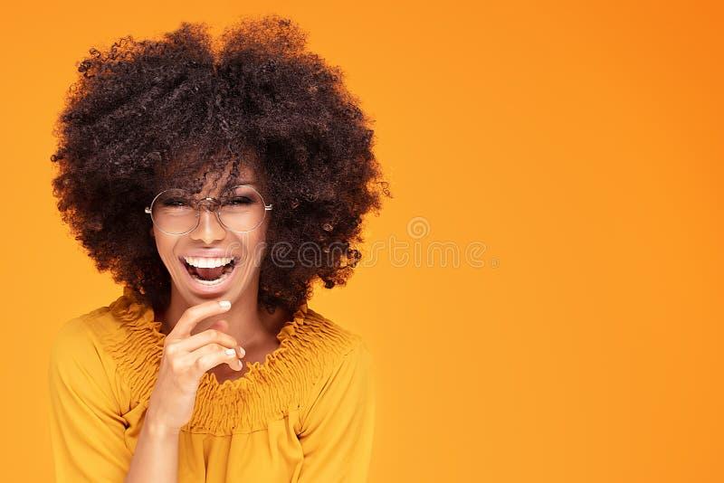 Mulher afro feliz com sorriso bonito fotos de stock