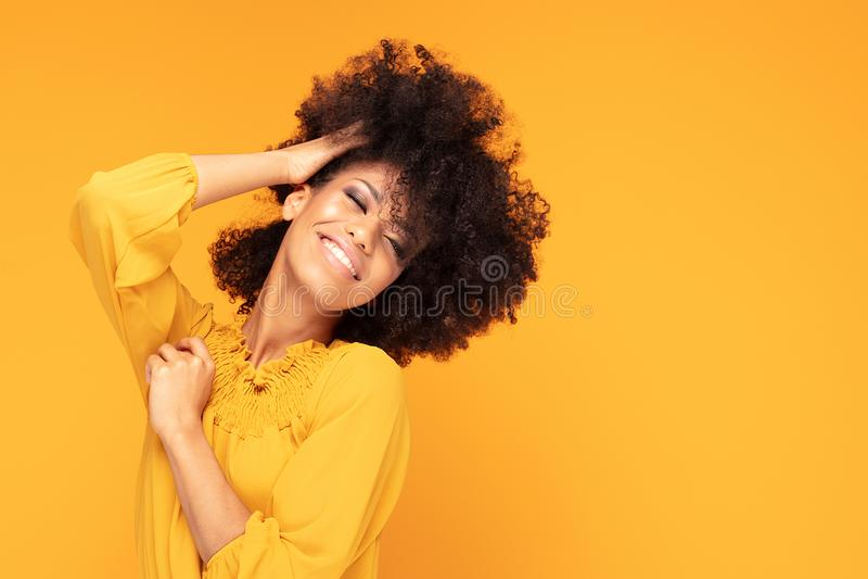 Mulher afro feliz com sorriso bonito fotografia de stock