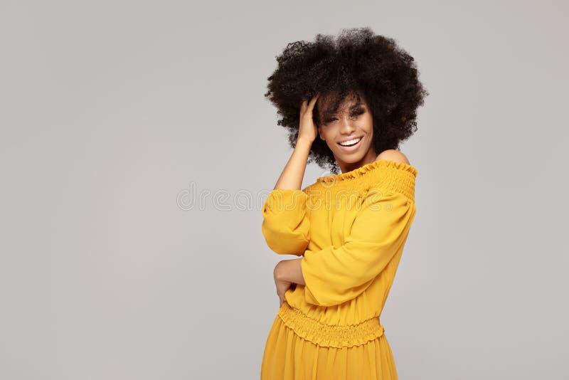 Mulher afro feliz com sorriso bonito imagens de stock royalty free