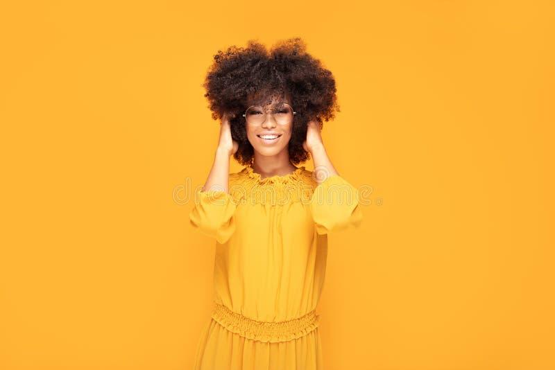 Mulher afro feliz com sorriso bonito imagens de stock