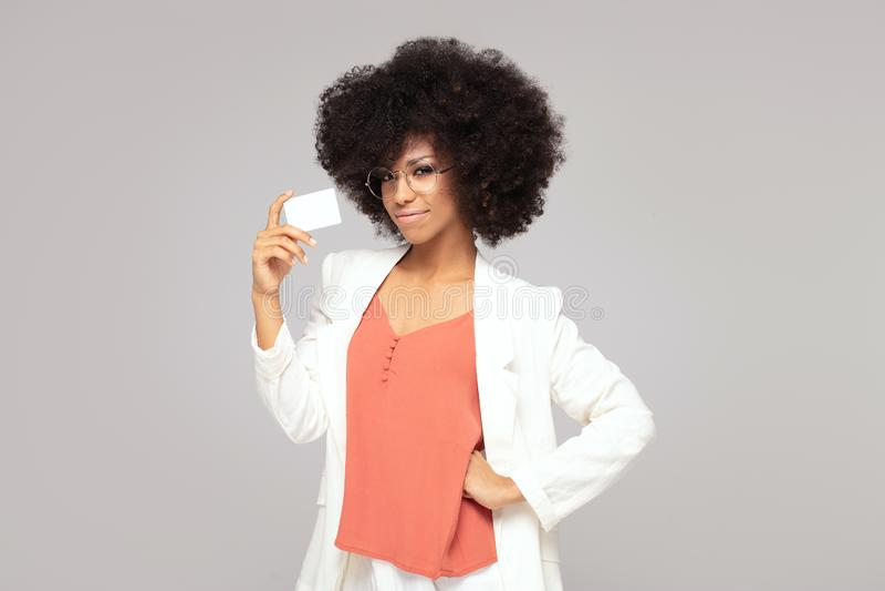 Mulher afro nova elegante com cartão de crédito fotos de stock