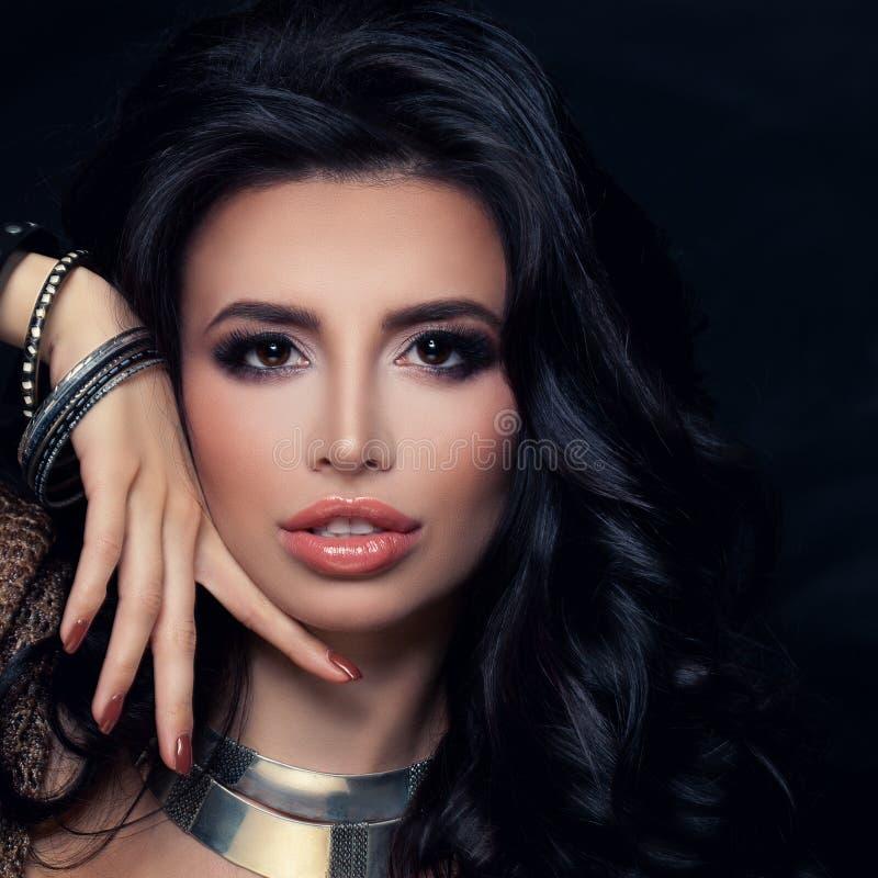 Mulher agradável com os braceletes da prata da joia imagens de stock royalty free