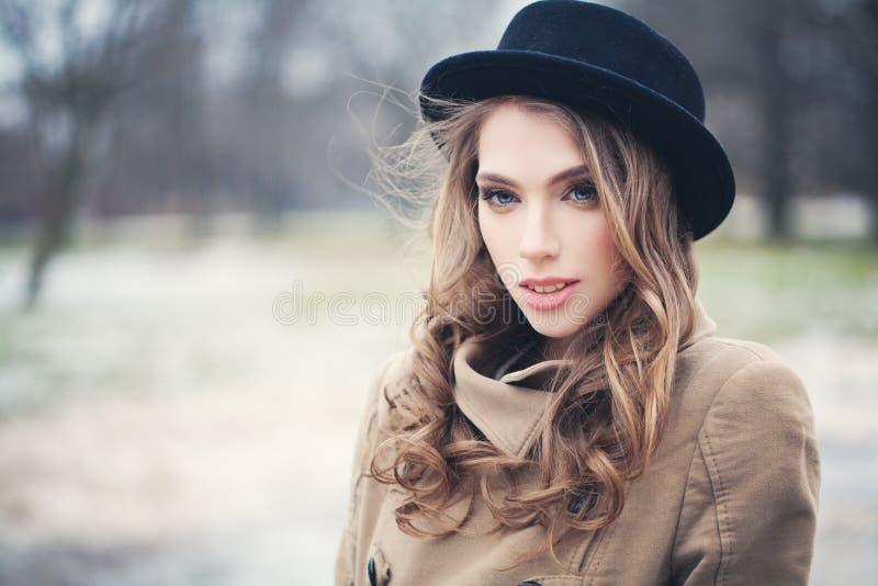 Mulher agradável do modelo de forma no chapéu negro fora imagem de stock royalty free
