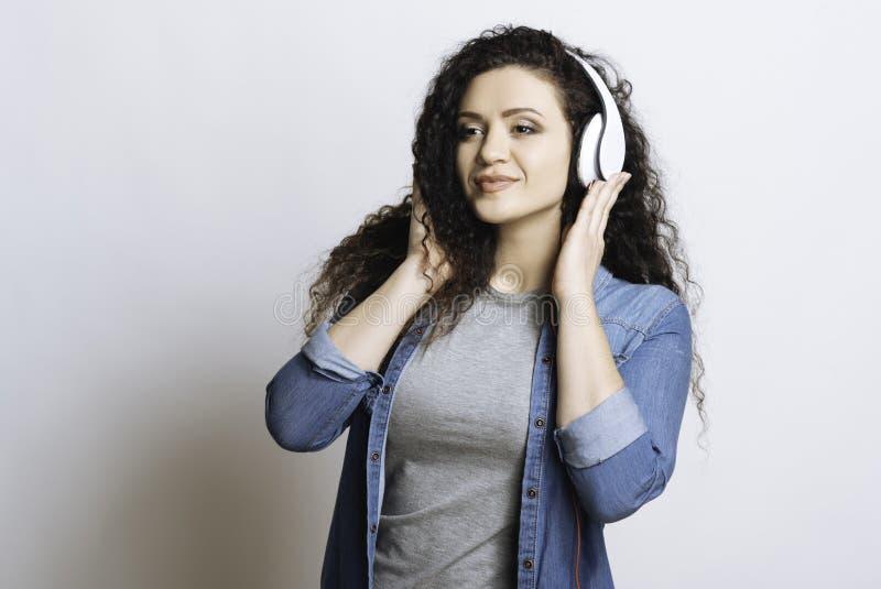 Mulher agradável que escuta a música fotos de stock royalty free