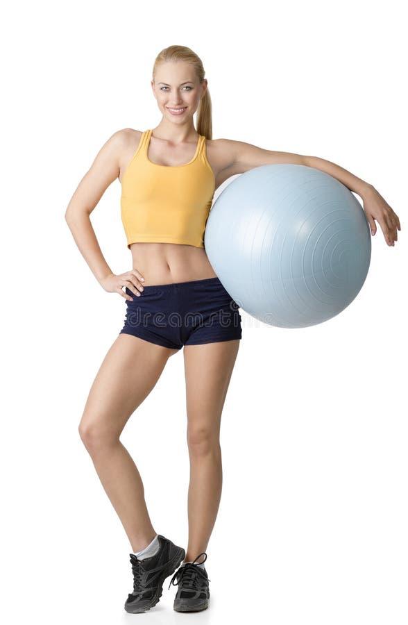 Mulher agradável que levanta com bola da aptidão fotografia de stock royalty free