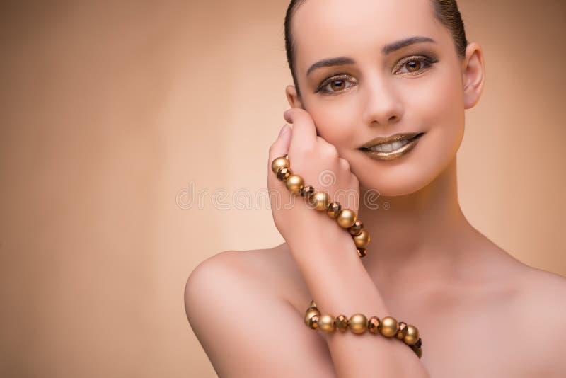 A mulher agradável que veste a joia elegante imagem de stock royalty free