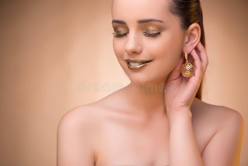 A mulher agradável que veste a joia elegante fotos de stock