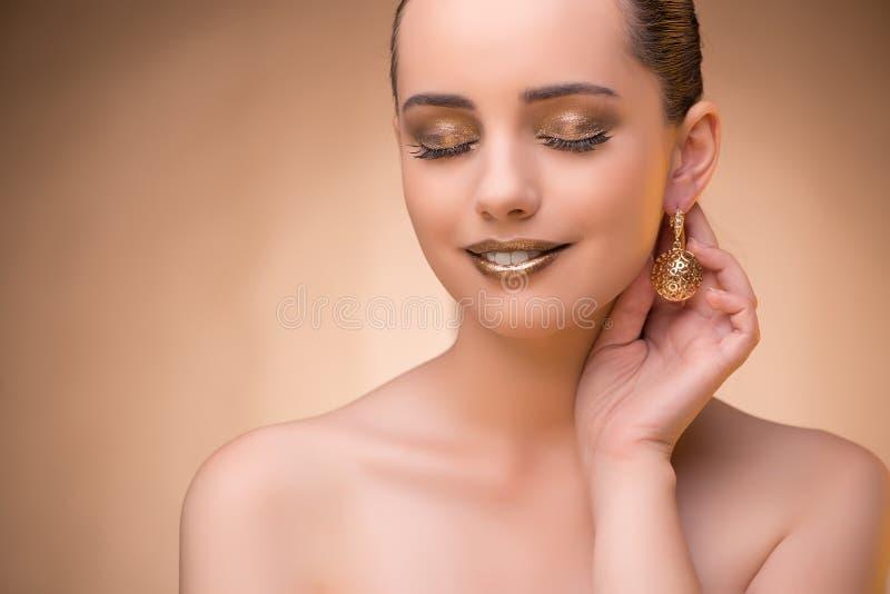 A mulher agradável que veste a joia elegante fotografia de stock royalty free