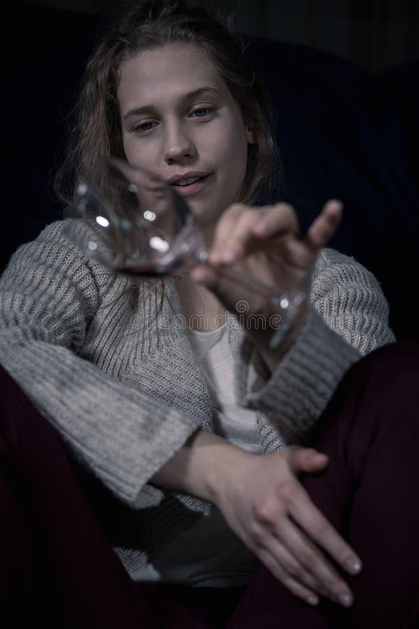 Mulher alcoólica bêbada que guarda o vidro fotos de stock