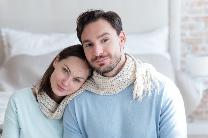 Mulher alegre agradável que inclina-se no ombro de seu noivo imagens de stock royalty free