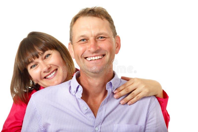 Mulher alegre atrativa com o homem no amor que sorri sobre os vagabundos brancos fotos de stock