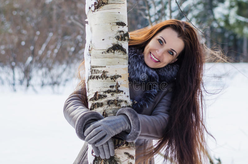 Mulher alegre bonita na floresta do inverno fotos de stock royalty free