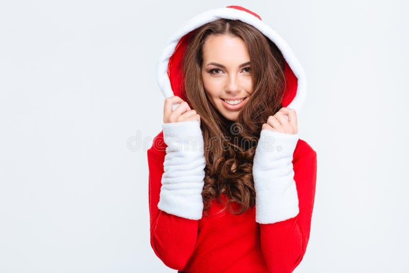 Mulher alegre bonita no traje vermelho de Papai Noel com capa imagem de stock