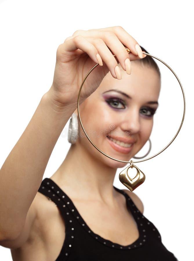 Mulher alegre com colar dourada imagens de stock