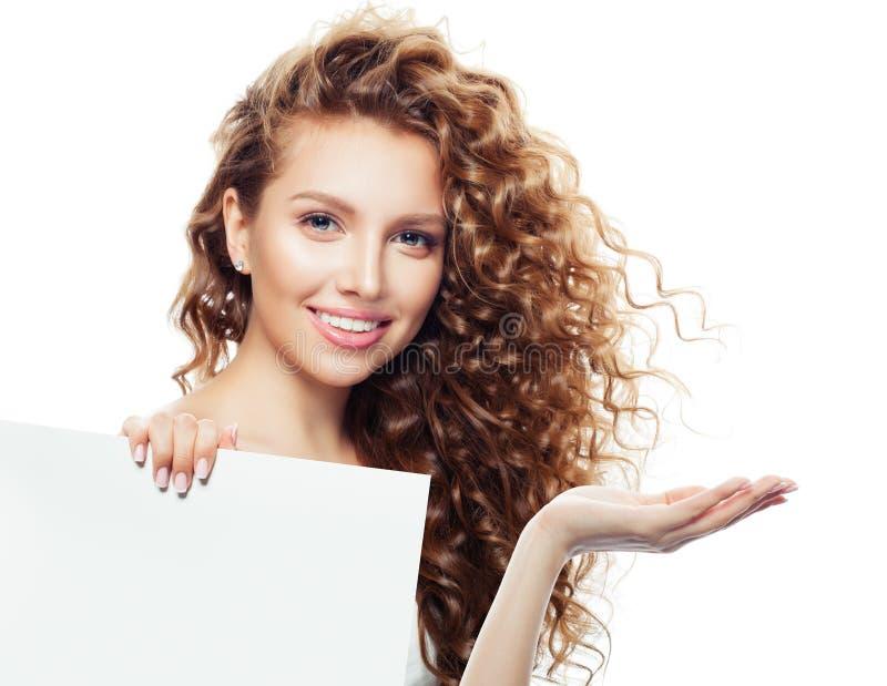 Mulher alegre com mão aberta e fundo vazio branco da placa com espaço da cópia para anunciar o mercado ou a colocação do produto fotografia de stock