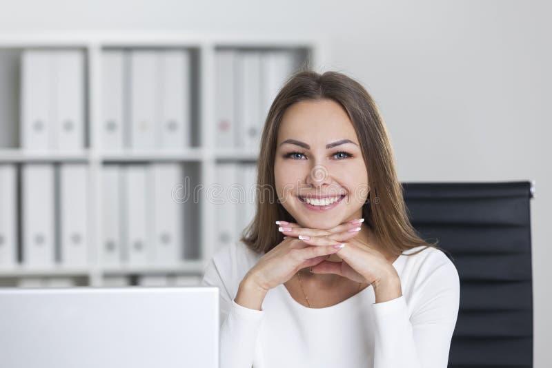 Mulher alegre com mãos sob o queixo imagem de stock royalty free