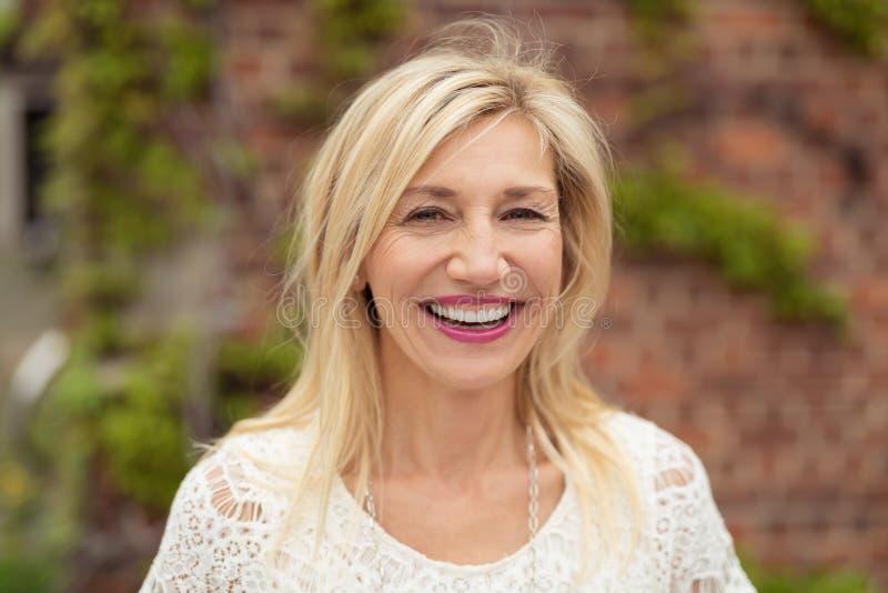 Mulher alegre com um sorriso de irradiação feliz imagens de stock royalty free