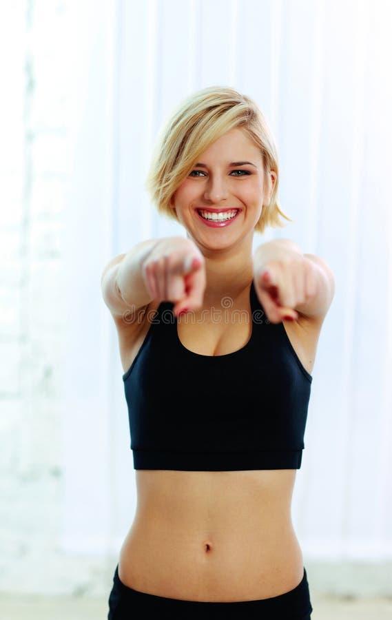 Mulher alegre do esporte que aponta em você foto de stock royalty free