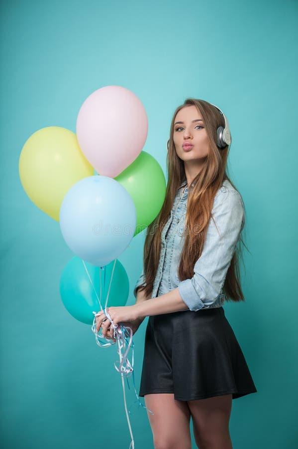 Mulher alegre do moderno com fones de ouvido e fotos de stock royalty free