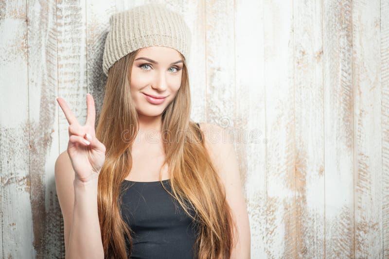 A mulher alegre do moderno está desejando a paz todos foto de stock royalty free