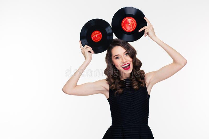 Mulher alegre engraçada no estilo retro que levanta com registros de vinil foto de stock royalty free