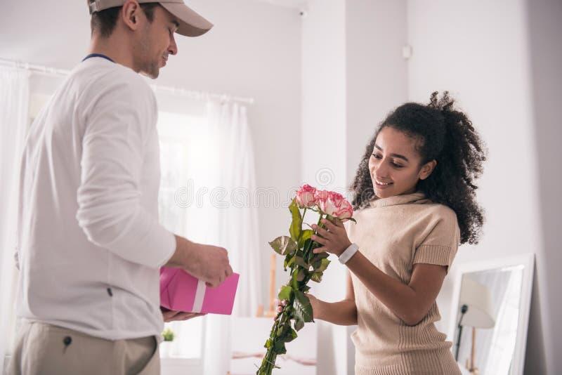 Mulher alegre feliz que recebe flores imagens de stock