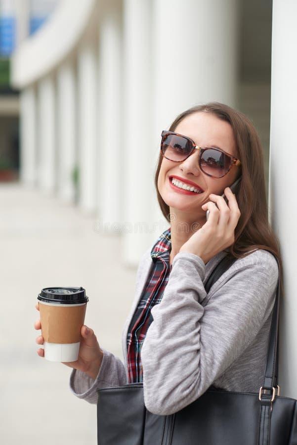 Mulher alegre no telefone foto de stock