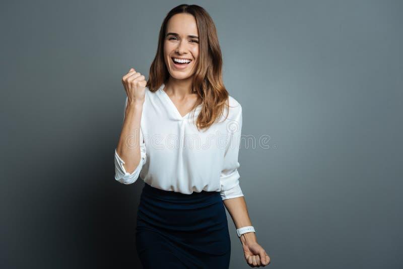 Mulher alegre positiva que mostra sim o gesto fotos de stock