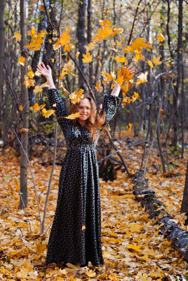 Mulher alegre que aprecia o dia do outono no parque imagem de stock royalty free