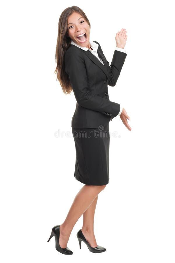 Mulher alegre que apresenta e que mostra o espaço da cópia fotos de stock royalty free