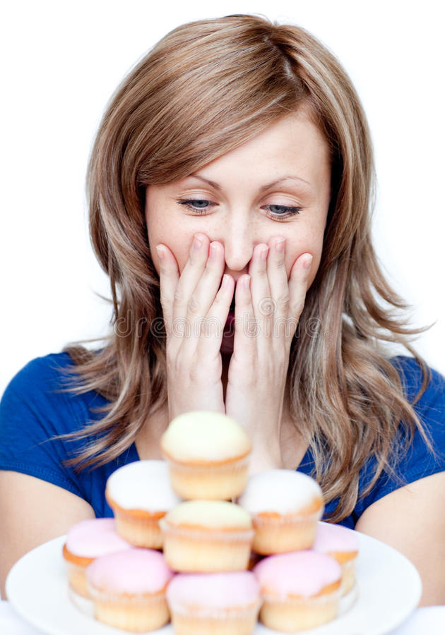 Mulher alegre que come um bolo imagens de stock royalty free