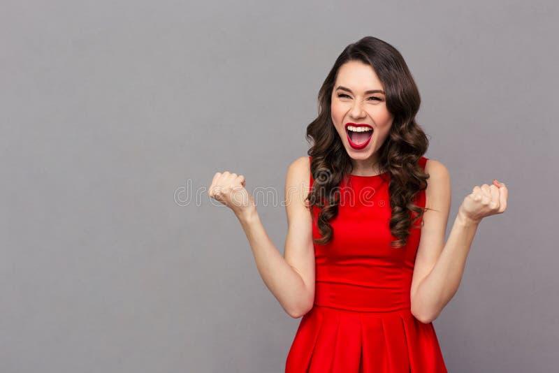 Mulher alegre que comemora seu sucesso fotografia de stock