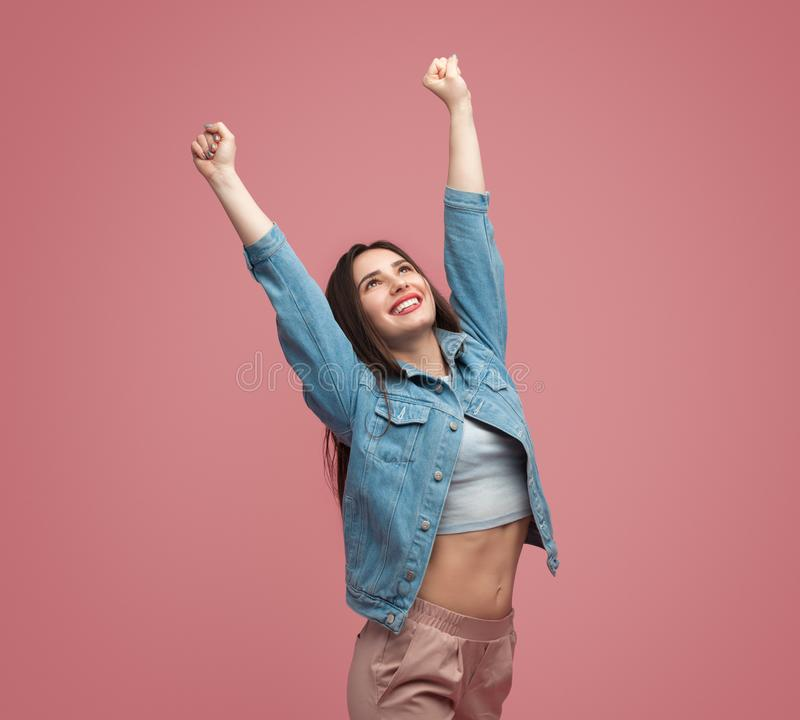 Mulher alegre que estica os braços imagens de stock
