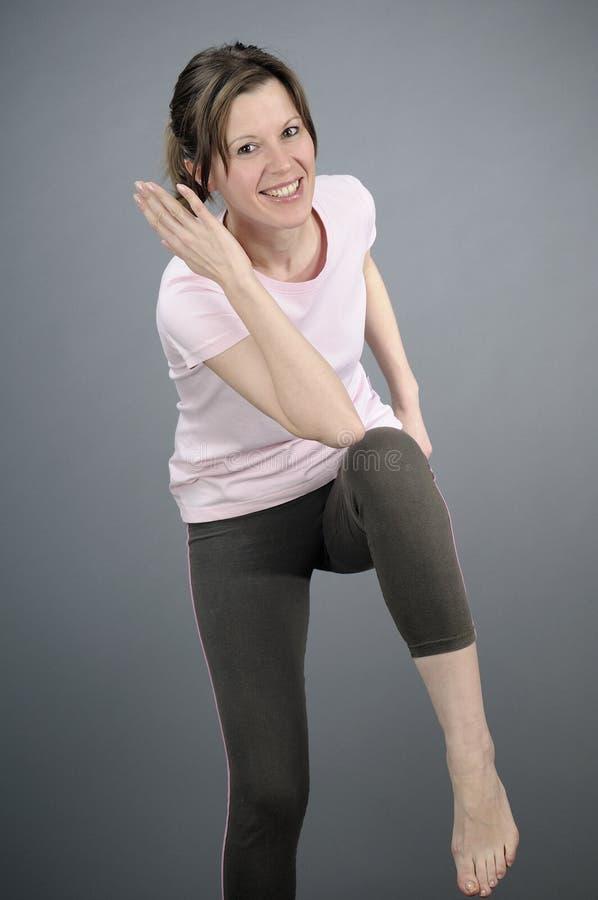 Mulher alegre que exercita o aerobics imagens de stock royalty free