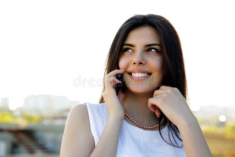 Mulher alegre que fala no phon fotografia de stock