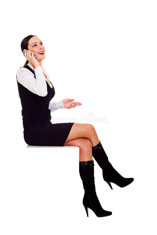 Mulher alegre que fala no telefone imagem de stock