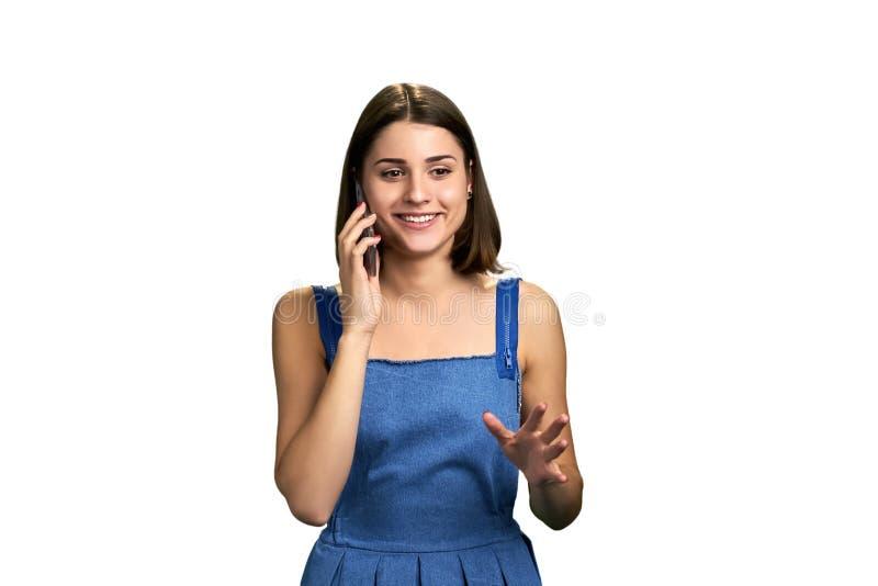 Mulher alegre que fala no telefone celular fotos de stock royalty free